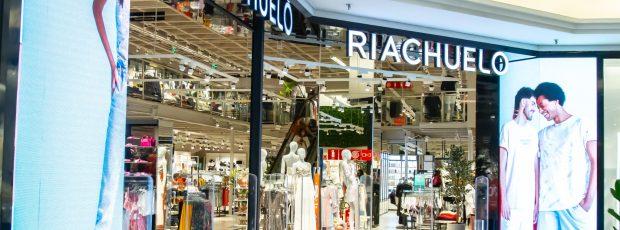 Interatividade e modernidade marcam a nova loja Riachuelo — assinatura do Kawahara & Takano Retailing