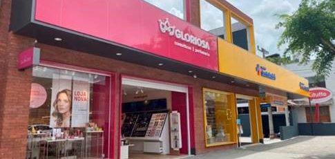 Arrojada e moderna são os atributos da loja recém-inaugurada da Gloriosa Cosméticos em Timbó/SC, projeto da KT Retailing